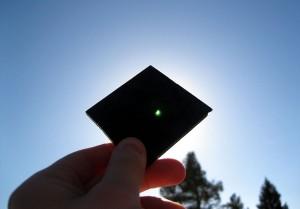 Gerhana Matahari dilihat melalui kaca las #14 (Auringonpimennys nähtynä hitsauslasin läpi (Solar eclipse as seen through the welding glass), Santeri Viinamäki [Wikimedia, CC-BY])