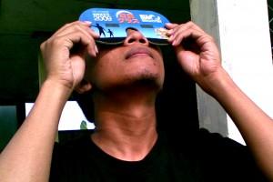 dadc menggunakan kacamata Matahari untuk mengamati transit Venus tahun 2012 lalu.